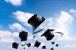 Cérémonie, chapeaux d'obtention du diplôme, chapeau jeté dans le ciel avec Photos stock