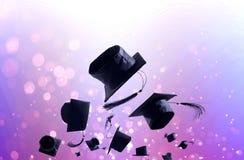 Cérémonie, chapeaux d'obtention du diplôme, chapeau jeté dans le ciel avec Images libres de droits