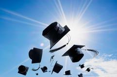 Cérémonie, chapeaux d'obtention du diplôme, chapeau jeté dans le ciel avec Photographie stock libre de droits