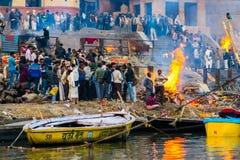 Cérémonie d'incinération à Varanasi Photo stock