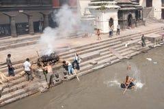 Cérémonie d'incinération au temple de Pashupatinath. Népal Image libre de droits