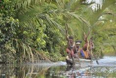 Cérémonie de guerre de canoë des gens d'Asmat Photos stock