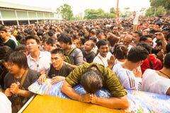 Cérémonie de jour de maître de Wai Kroo de participants (Luang Por Phern) au monastère de Pra de coup Images stock