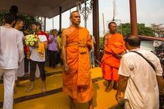Cérémonie de jour de maître de Wai Kroo de participants (Luang Por Phern) au monastère de Pra de coup Image libre de droits