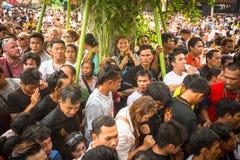 Cérémonie de jour de maître de Wai Kroo de participants (Luang Por Phern) au monastère de Pra de coup Images libres de droits