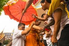 Cérémonie de jour de maître de Wai Kroo de participants (Luang Por Phern) au monastère de Pra de coup Photos stock