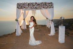 Cérémonie de mariage Belle jeune mariée de brune dans l'unde de robe de mode Image stock