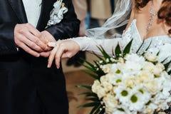 Cérémonie de mariage Bureau d'enregistrement Nouveau-marié photographie stock