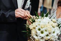 Cérémonie de mariage Bureau d'enregistrement Nouveau-marié photos stock