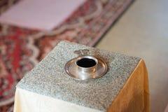 Cérémonie de mariage dans l'église antique Image libre de droits