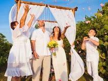 Cérémonie de mariage des couples mûrs et de leur famille Image libre de droits