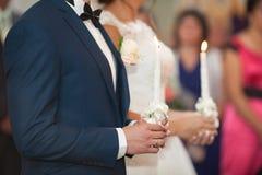 Cérémonie de mariage des jeunes mariés élégants élégants de brune dedans Photographie stock