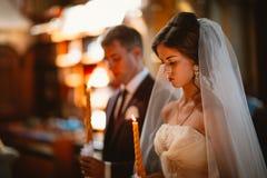 Cérémonie de mariage de nouveaux mariés dans l'église, cérémonie de mariage, gland Image libre de droits