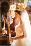 Cérémonie de mariage de nouveaux mariés dans l'église, cérémonie de mariage, gland Photo libre de droits