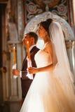 Cérémonie de mariage de nouveaux mariés dans l'église, cérémonie de mariage, gland Image stock