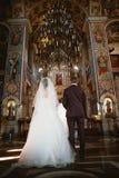 Cérémonie de mariage de nouveaux mariés dans l'église, cérémonie de mariage, gland Photographie stock libre de droits