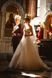 Cérémonie de mariage de nouveaux mariés dans l'église, cérémonie de mariage, gland Photographie stock