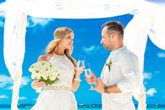 Cérémonie de mariage sur une plage tropicale dans le blanc Marié heureux et b Photographie stock