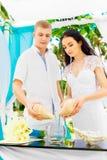 Cérémonie de mariage sur une plage tropicale dans le bleu Cérémonie de sable hasard Image stock