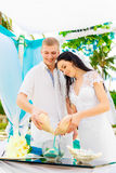 Cérémonie de mariage sur une plage tropicale dans le bleu Cérémonie de sable hasard Photos libres de droits
