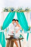 Cérémonie de mariage sur une plage tropicale dans le bleu Cérémonie de sable hasard Photo libre de droits
