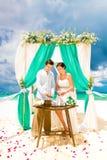 Cérémonie de mariage sur une plage tropicale dans le bleu Cérémonie de sable hasard Photo stock