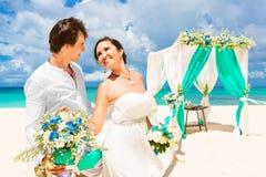 Cérémonie de mariage sur une plage tropicale dans le bleu Marié et Br heureux Photo stock