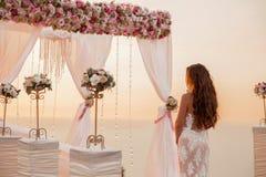 Cérémonie de mariage Voûte se tenante prêt de guirlande de jeune mariée de brune avec la Floride Images stock