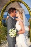 Cérémonie de plage de Getting Married In de jeunes mariés Images libres de droits