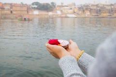Cérémonie de Puja sur les banques de la rivière de Ganga dans Haridwar, Inde Image libre de droits