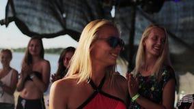 Cérémonie de remise des prix sur l'étape pour la jolie fille blonde avec le dessus et les lunettes de soleil roses banque de vidéos