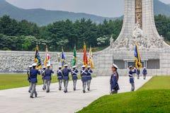 Cérémonie de respect à la tour commémorative Hyeonchungtap Le cimetière national de Daejeon, Corée du Sud, 25 peut 2016 photos stock