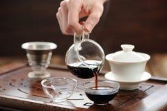 Cérémonie de thé de la Chine avec le thé de puerh brassant dans haiwan Image stock