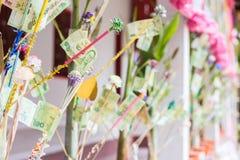 Cérémonie des robes longues de offre aux prêtres bouddhistes au monastère Photo stock