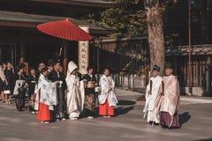Cérémonie l'épousant japonaise traditionnelle dans des kimonos images libres de droits