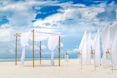Cérémonie l'épousant romantique sur la plage, les décorations blanches avec des fleurs et les lanternes Mariage de plage romantiq photos stock