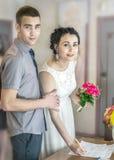 Cérémonie officielle d'enregistrement de mariage dans le bureau d'enregistrement en Ukraine Les jeunes beaux jeunes mariés de cou photographie stock libre de droits