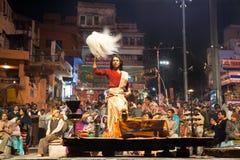 Cérémonie religieuse Ganga Seva Nidhi de prêtres indous Image stock