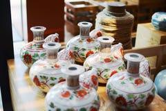 Céramique florale de modèle (antiquité) sur la table photos libres de droits