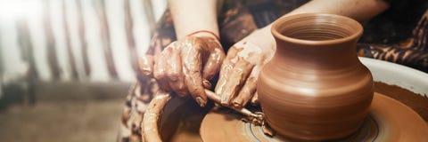 céramique Le maître sur la roue du ` s de potier produit un navire d'argile, dégageant la forme photos libres de droits