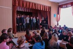 Cérebro-anel intelectual do jogo e concerto divertido dos alunos em uma escola rural na região de Kaluga em Rússia Fotografia de Stock