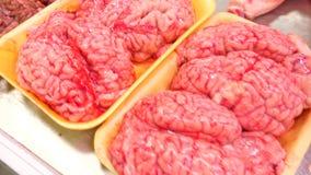 Cérebro de uma vaca sobre na mostra do mercado de carne, bazar 4k, filme