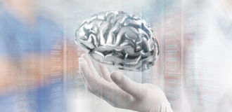 Cérebro do metal da mostra da mão do neurologista do doutor fotografia de stock royalty free