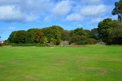 Césped ajardinado que rodea el parque de Holyrood Fotografía de archivo