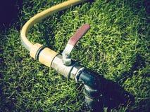 Césped de riego del sistema de irrigación del jardín Fotos de archivo libres de regalías