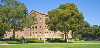 Césped del campus universitario de California Fotos de archivo libres de regalías