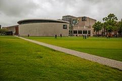 Césped del cuadrado del museo de Museumplein delante de Van Gogh Museum en día nublado en Amsterdam foto de archivo libre de regalías