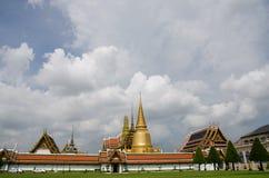 Césped delante de Wat Phra Kaew en Bangkok Imagen de archivo libre de regalías