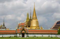 Césped delante de Wat Phra Kaew en Bangkok Foto de archivo