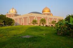 Césped herboso antes de construir en estilo del Islam por tarde soleada fotografía de archivo libre de regalías